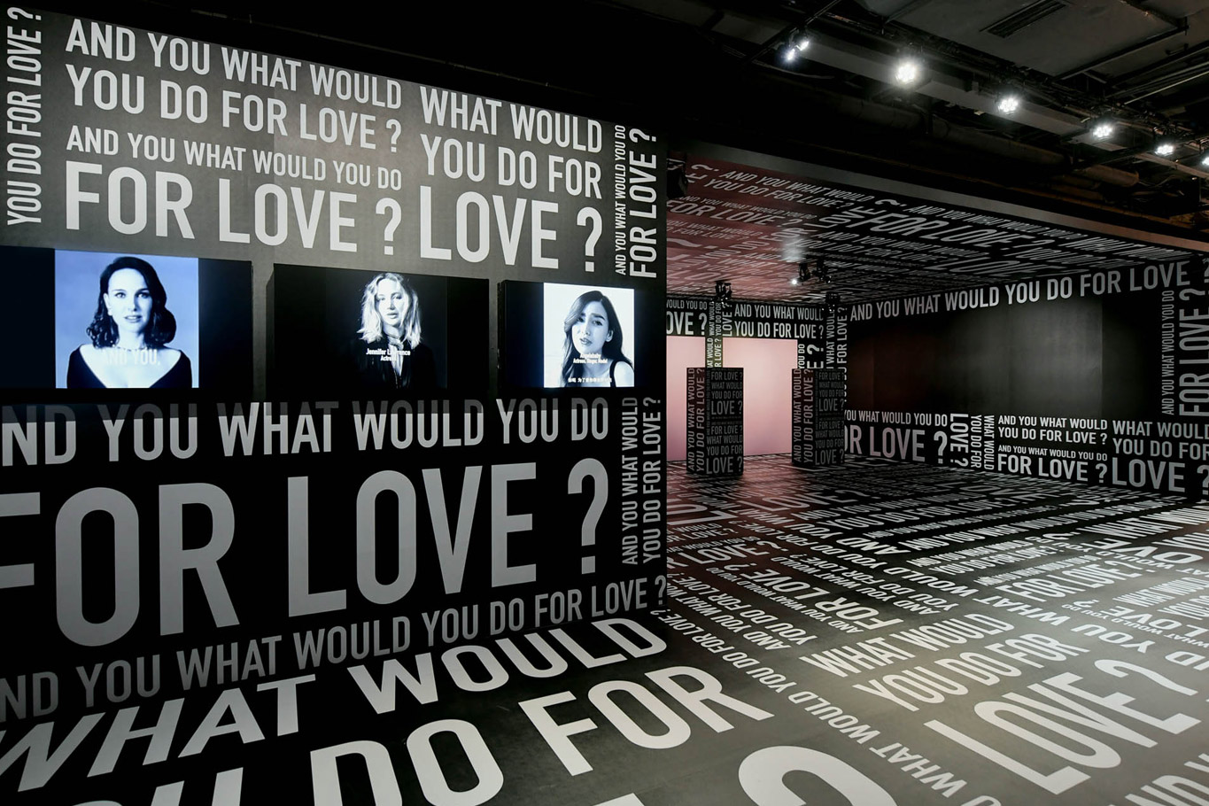 "Pan de l'exposition ""What would you do for love"" pour l'exposition Miss Dior à Shanghai réalisé par La Mode en Images."